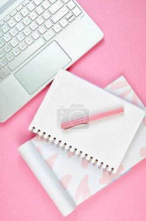 Photo pour Espace de travail de bureau rose encombré ultra féminin avec le plan rapproché d'ordinateur portatif d'écran tactile, flatlay supérieur. - image libre de droit