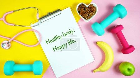 Photo pour Prescription d'un mode de vie sain pour une bonne santé concept flatlay avec stéthoscope, nourriture saine et équipement d'exercice sur fond pastel moderne . - image libre de droit