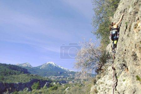 Photo pour Grimpeur de fille grimpe passage difficile sur les falaises. - image libre de droit