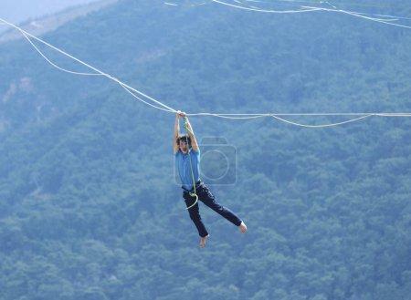 Photo pour Équilibre homme sur la corde concept de prise de risque et défi . - image libre de droit