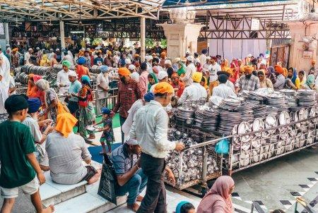 Photo pour Amritsar, Inde 15 août 2016 : Pèlerins Les gens entrent et sortent Cantine gratuite à Amritsar. C'est le plus grand restaurant gratuit au monde à Golden Temple, Amritsar, Inde - image libre de droit