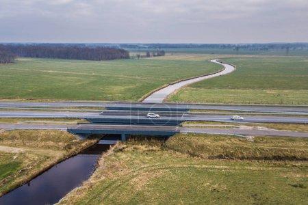 Ekologické most přes přirozené řeky s podchodem pro velká zvířata