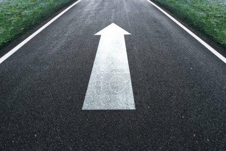 Photo pour Signe de direction de la flèche droite de la route sur le sol asphalté . - image libre de droit