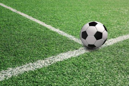 Photo pour Ballon de football ensoleillé sur terrain de football avec des lignes blanches. - image libre de droit