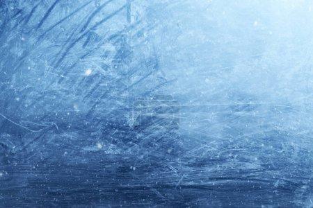 Photo pour Beau fond de fenêtre en verre gelé texturé avec des flocons de neige réalistes . - image libre de droit