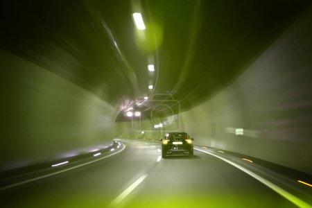 Photo pour Conceptuel de conduite à grande vitesse à travers le tunnel avec effet flou de mouvement . - image libre de droit