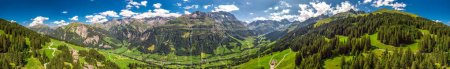 Photo pour Vue aérienne du village d'ormes et des montagnes suisses - Piz Segnas, Piz Sardona, Laaxer Stockli depuis Ampachli, Glarus, Suisse, Europe . - image libre de droit