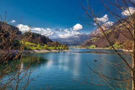 Photo pour Lungernersee avec les Alpes suisses. Lungernersee est un lac naturel en Obwald, Suisse, Europe. - image libre de droit