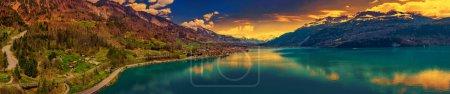 Photo pour Brienz ville sur le lac Brienz par Interlaken avec les Alpes suisses couvertes de neige en arrière-plan, Suisse, Europe - image libre de droit