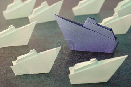Foto de Barcos de papel origami, concepto de liderazgo empresarial. - Imagen libre de derechos