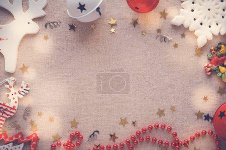 Photo pour Ornements de Noël, vacances festives copier fond de l'espace - image libre de droit