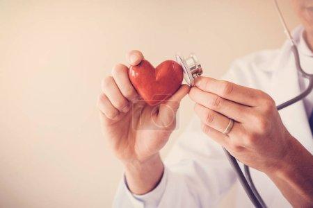 Photo pour Médecin tenant coeur rouge, concept santé cardiaque - image libre de droit