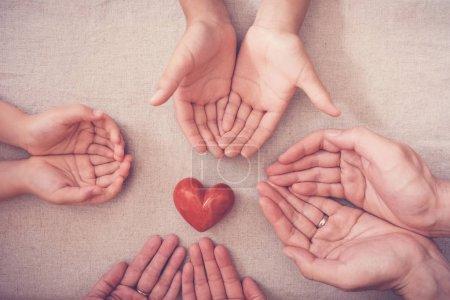 Photo pour Mains et coeur rouge, assurance maladie, don et concept de charité - image libre de droit