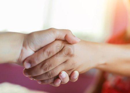 Glückliches Paar hält Händchen im Sonnenuntergang