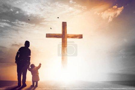 Photo pour Louange et adoration concept: Silhouette de prières chrétiennes, levant la main en priant au Jésus - image libre de droit