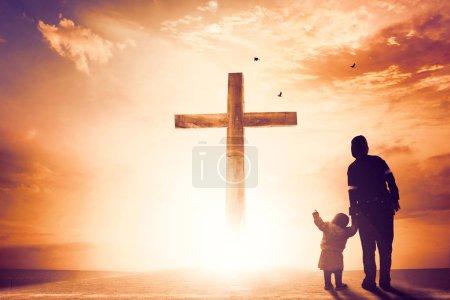 Photo pour Concept de louange et d'adoration : Silhouette de prières chrétiennes levant la main en priant Jésus - image libre de droit