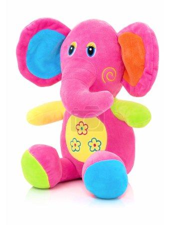 Muñeca Elefante Plushie aislada sobre fondo blanco con reflejo en la sombra. Peluche elefante títere de peluche sobre fondo blanco. Juguete Jumbo plushie. Juguete de elefante relleno de color arco iris. Elefante rosado .