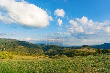 Foto de Panorama de paisaje pintoresco paisaje con vista de campo verde y montañas. Toscana, Italia - Imagen libre de derechos