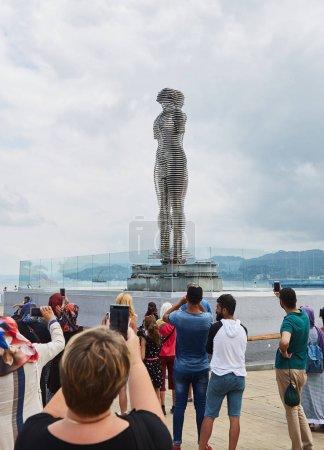 Sculpture de Ali et Nino à Batoumi. Les gens prennent des photos du monument. Statue d'un homme et une femme