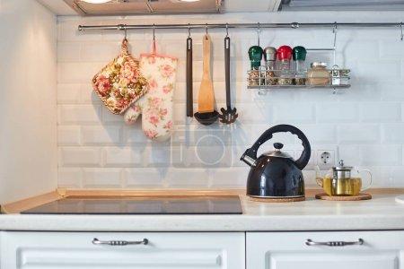 Photo pour Cuisinière, bouilloire et autres ustensiles de cuisine. Cuisine . - image libre de droit