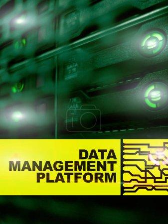 Photo pour Concept de plateforme de gestion et d'analyse des données sur fond de salle de serveurs . - image libre de droit
