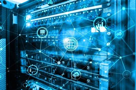 Foto de TIC - tecnologías de información y telecomunicaciones y Iot - internet de los conceptos de las cosas. Diagramas con iconos fondos de ambiente servidor. - Imagen libre de derechos