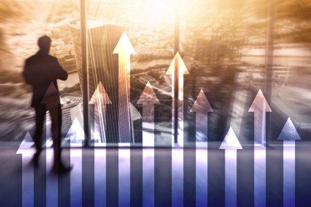 Photo pour Graphique en flèche vers le haut sur le fond du gratte-ciel. Concept d'investissement et de croissance financière. - image libre de droit