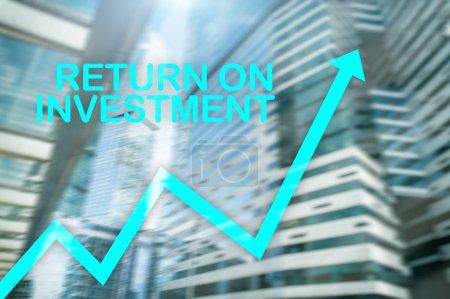 Photo pour Roi - retour sur investissement. Transactions boursières et le concept de croissance financière sur fond de centre affaires floue. - image libre de droit