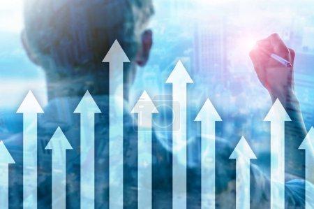 Vers le haut graphique flèche sur fond de gratte-ciel. Investissement et croissance financière concept