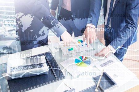 Photo pour Business abstrait fond double exposition graphique, graphique et diagramme. Carte du monde et. Concept global de trading commercial et financier . - image libre de droit