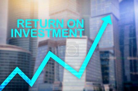 Photo pour Roi - retour sur investissement. Transactions boursières et le concept de croissance financière sur fond de centre affaires floue - image libre de droit