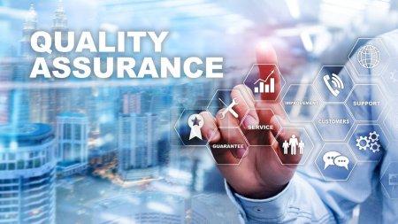 Photo pour Le Concept d'Assurance de la qualité et l'Impact sur les entreprises. Contrôle de la qualité. Garantie de service. Technique mixte - image libre de droit