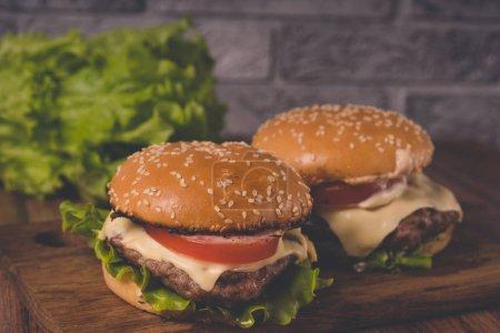 Photo pour Les hamburgers ou les sandwiches sont les repas-minute les plus populaires pour les brunchs ou les dîners.. - image libre de droit