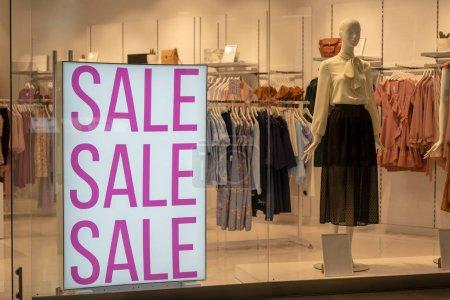 Photo pour Vente saisonnière, Black Friday et concept shopping. Panneaux de vente sur les stands en magasin - image libre de droit