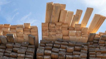 Photo pour Panneaux en bois, bois d'oeuvre, bois industriel, bois. Bois de pin empilement de planches de bois brut naturel sur le chantier . - image libre de droit