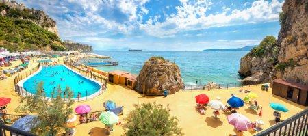 Vue panoramique de la belle plage de Gibraltar. Europa