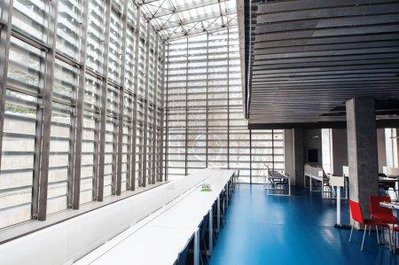 Photo pour Un intérieur d'une salle moderne spacieuse d'étude pour les étudiants dans une bibliothèque ou un bureau. - image libre de droit