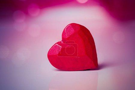 Photo pour Coeur rouge en bois pour Saint Valentin - image libre de droit