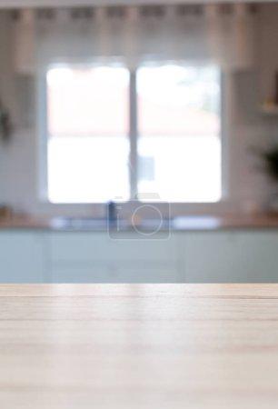 Foto de Cocina superficie madera mostrador con borrosa en el fondo interior - Imagen libre de derechos