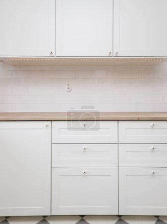 Photo pour Détail d'un intérieur contemporain propre d'un comptoir de cuisine blanc - image libre de droit
