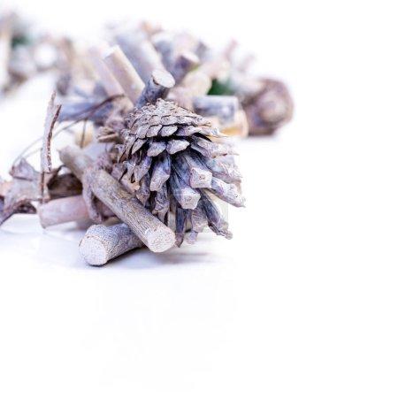 Photo pour Fond de Noël avec des étoiles en forme de décoration sur bois avec fond blanc - image libre de droit