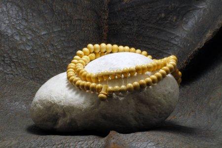 Photo pour Une perle posée sur une pierre - image libre de droit
