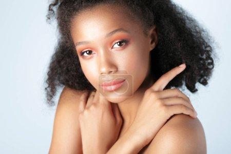 Photo pour Jeune belle fille noire avec gros plan peau propre parfaite. Portrait de la beauté - image libre de droit