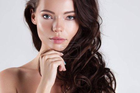 Photo pour Belle jeune femme avec gros plan peau propre parfaite. Portrait de la beauté - image libre de droit