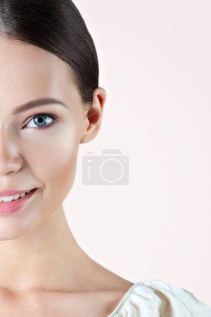 Photo pour Jeune femme souriante avec peau propre parfaite gros plan. Portrait beauté - image libre de droit