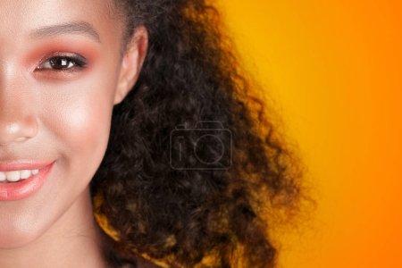 Photo pour Jeune belle fille noire avec une peau propre parfaite gros plan. Portrait beauté - image libre de droit