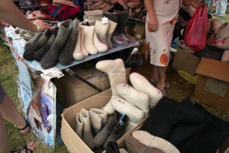 """Photo pour Russe se sentait bottes sont vendus à la foire pour le temps du festival Intl de musique et de l'artisanat «World of Siberia""""(Festmirsibiri). Chouchenskoï. Région de Krasnoïarsk. Russie. - image libre de droit"""