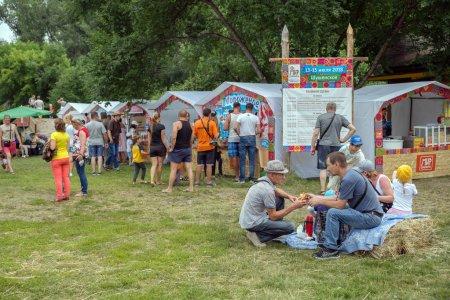Photo pour Shushenskoe, territoire de Krasnoïarsk, Rf-juillet 14,2018: Les gens achètent la crème glacée et des boissons dans les pavillons, pour le temps du festival annuel de musique et de l'artisanat «Monde de Sibérie» (Festmirsibiri Intl). - image libre de droit