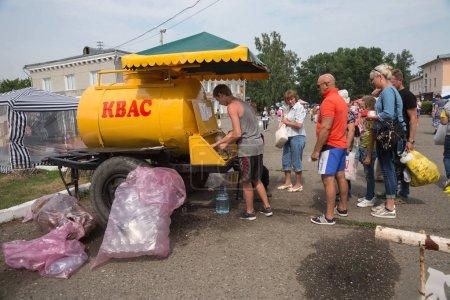 Photo pour Shushenskoe, territoire de Krasnoïarsk / Rf - juillet 14,2018: les gens achètent KVAs dans la rue du village pour le temps du festival annuel de musique et de l'artisanat Intl «Monde de Sibérie» (Festmirsibiri). - image libre de droit