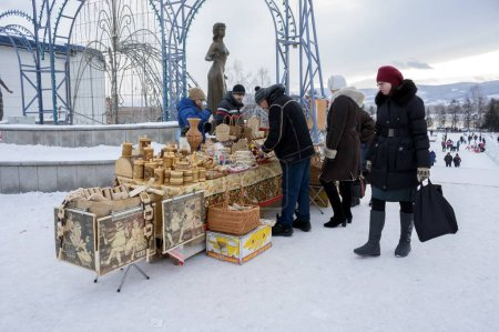 Photo pour Krasnoïarsk, Rf-11 janvier 2016: Les gens achètent des souvenirs russes traditionnels d'écorce de bouleau lors d'une foire dans le centre de Krasnoïarsk pendant les vacances du nouvel an hiver. - image libre de droit